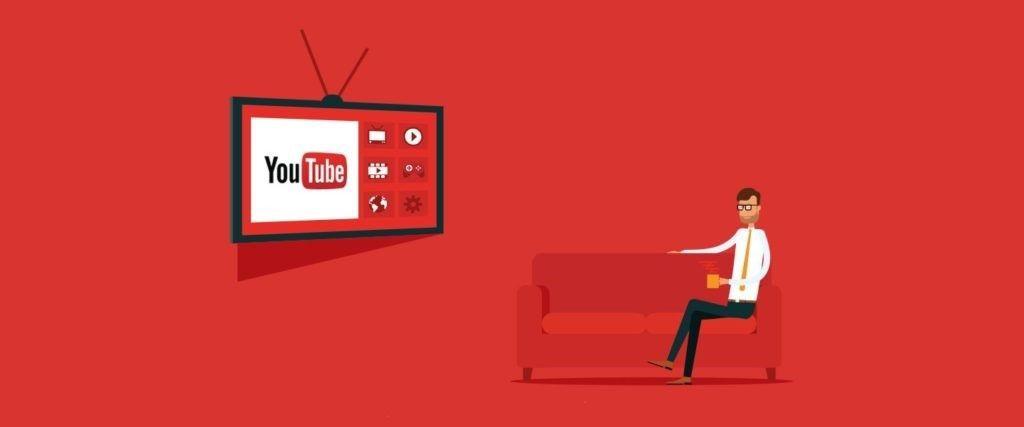 Hombre viendo Youtube en TV